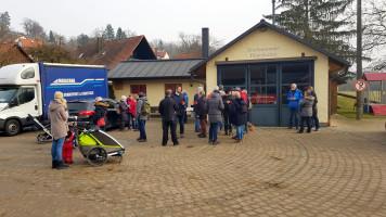 vor dem Feuerwehrhaus in Pattenhofen gab es Glühwein und Krapfen