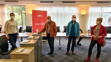 die Delegierten aus Burgthann bei der Abstimmung (Nikola König und Wolfgang Lahm (l. beide auch neue Beisitzer) und Vorsitzende Karin Gätschenberger (r.).
