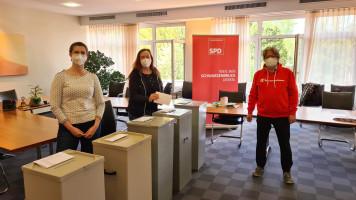 die neuen Beisitzer Nikola König und Margitta Adler (v.l.) mit Wahlleiter Manfred Neugebauer