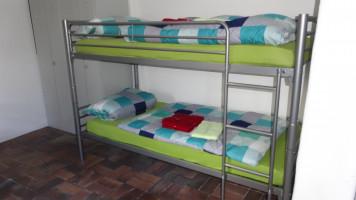 Die bunten Bettbezüge schaffen eine freundliche Atmosphäre