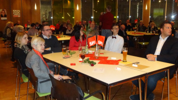 Listenkandidat Lukas Ott und stellv. Ortsvereinsvorsitzender Sebastian Legat verfolgen die Rede von Andrea Lipka