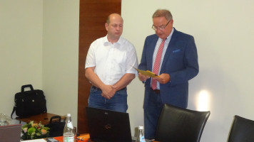 Bürgermeister Bernd Ernstberger bedankt sich bei Bernd Haslinger