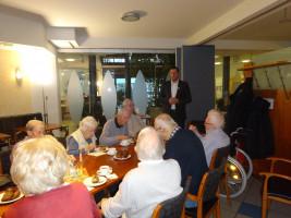 Sebastian Legat stellt den Bewohnern des Petzhauses seine Gedanken für ein Senioren gerechtes Umfeld dar