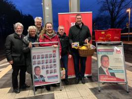 Sebastian Legat und die SPD Gemeinderatskandidaten waren schon früh vor Ort am Bahnhof